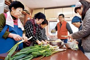 地元産の野菜を使ったキムチ作りに取り組む住民ら=氷見市仏生寺の脇之谷内公民館で