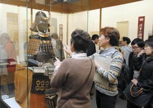 真田家ゆかりの武具や古文書が並ぶ特別展の会場=上田市で
