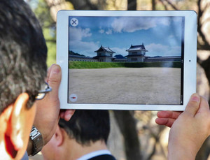 戦国時代の上田城の様子がよみがえるアプリケーション=上田市で