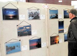 高岡の風景を撮影した作品が並ぶ写真展=高岡市役所で