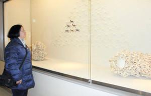 籐を編んだり、組み合わせて作られたヒツジとウマのオブジェを鑑賞する来館者=金沢市兼六町の石川県立伝統産業工芸館で