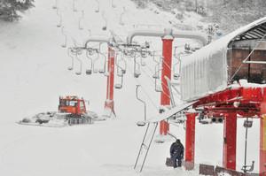 リフトやゲレンデの整備を急ピッチで進める従業員ら=勝山市の雁が原スキー場で