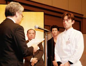ジビエ料理コンテストで最優秀賞を受けた高田順治さん(右)