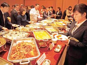 ジビエ料理が並んだオープニングイベントの会場=いずれも金沢市昭和町で