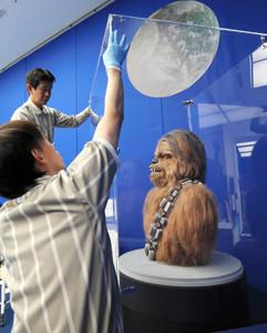 チューバッカ(右)など登場人物やアート作品の飾り付けが進む会場=19日、静岡市葵区の静岡市美術館で