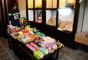 23日のオープンを控え、駄菓子が並んだ店内=輪島市河井町で