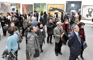 改組新第2回日展東海展が開幕し、美術ファンでにぎわう会場=名古屋・栄の県美術館で