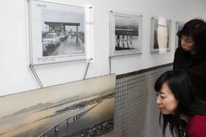 展示されている琵琶湖大橋の写真パネル=県庁で