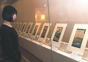 歌川広重の通称「竪絵東海道」が並ぶ会場=恵那市の中山道広重美術館で