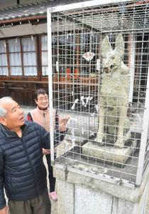 境内に置かれている市内でも珍しい陶製キツネ=瀬戸市曽野町の曽野稲荷神社で