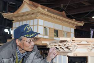 吉田城本丸御殿の模型を作る竹本充宏さん=豊橋市で