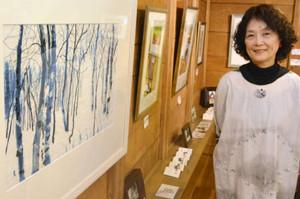 古布を貼り合わせて写実的に風景を描いた梅原麦子さん=南砺市安居のギャラリー「燕」で