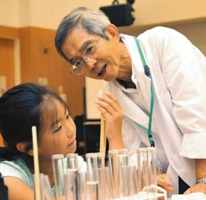 子どもたちに実験の楽しさを伝えている中山さん=7日、島田市金谷公民館で