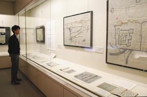 七日市藩と加賀藩のつながりが分かる展示会場=金沢市玉川図書館近世史料館で