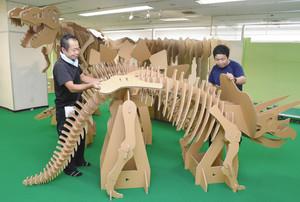 段ボールで作られた恐竜などが設置され、設営が進む「ダンボール遊園地inKANAZAWA」の会場=金沢市のめいてつ・エムザで