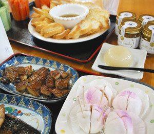 14日から発売する和菓子と醤油干し(手前)。奥は「くずもち」とバーニャカウダ=小浜市内で