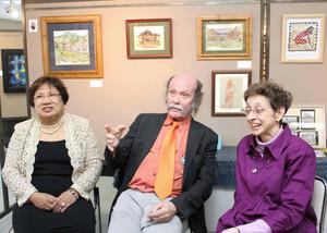 作品展にかける思いを語る(左から)滝さん、ゴーターさん、ガビンズさん=名古屋市中村区の名古屋国際センターで