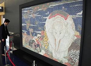 訪日外国人向けに飾られたモザイクタイルの壁画=常滑市の中部国際空港で