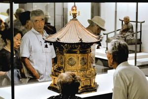 尼門跡寺院の灯籠などが並ぶ会場=名古屋市中村区のジェイアール名古屋高島屋で