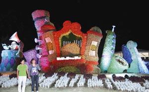 ライトアップされ色鮮やかに浮かびあがる「ほほえみのハーモニー」=14日夜、浜松市西区のはままつフラワーパークで
