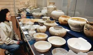 かめや食器などの出土物90点が並ぶ展示=大津市瀬田南大萱町の県埋蔵文化財センターで