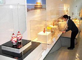 逸品が並ぶ開館20周年記念の「中国清朝のガラス展」=いずれも七尾市の県能登島ガラス美術館で