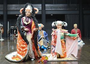 6月18、25日、7月2日公演の「天守物語」を稽古するSPACの俳優ら=静岡市駿河区で