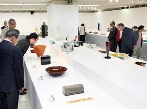 重要無形文化財保持者らの力作なども展示されている、石川の伝統工芸展=金沢市武蔵町で