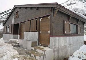 白山の夏山開きを前に新しく建てられた甚之助避難小屋=白山市で