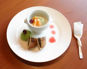 県の老舗のどら焼きと伊勢茶のクリームをのせたプリン=四日市市山之一色町で