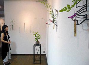 異なる素材の花器が並ぶ掛花展=金沢市松寺町で