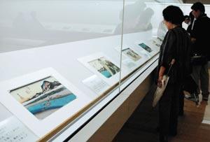 色鮮やかな浮世絵が訪れた人を楽しませている=静岡市清水区で