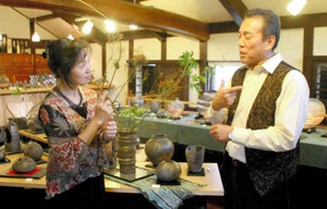 開窯から20年、手話で気持ちを伝え合ってきた福嶋伸彦さん、元美さん夫妻=永平寺町松岡神明の芭里音で