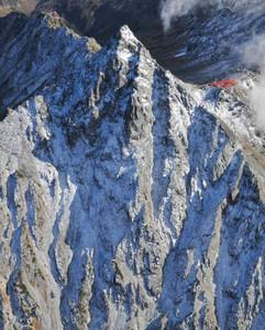 冠雪した山頂が顔を出した北ア・槍ケ岳=岐阜・長野県境で