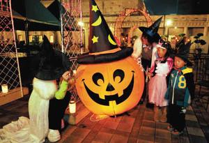 ハロウィンのかぼちゃに明かりがともり、仮装したお客さんの姿も=名古屋市中区のランの館で