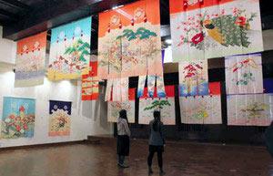 色鮮やかな花嫁のれんが展示されている会場=金沢市で