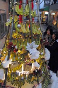 商店街に登場したバナナのクリスマスツリー=伊賀市上野丸之内で