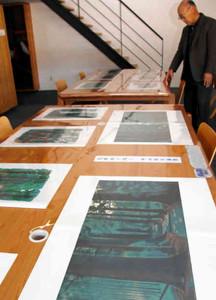 熊野古道を描いた日本画が並ぶ=尾鷲市向井の熊野古道センターで
