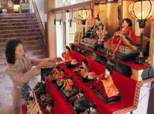 イベントに向けて旅館のフロントに飾られたひな人形=菰野町の湯の山温泉で