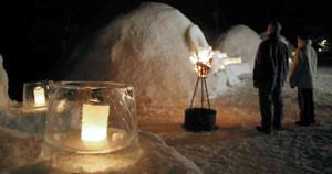 氷のランプシェードの温かい光に照らし出されるかまくら=高山市奥飛騨温泉郷中尾で