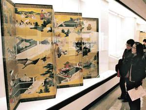展示品を見る来館者たち=桑名市博物館で