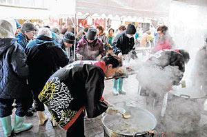 タラ汁とメギスの団子汁が振る舞われる輪島の朝市感謝祭=輪島市朝市通りで