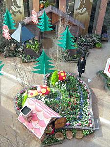 見る人を楽しませているハートの形の花壇や人形の飾り=砺波市チューリップ四季彩館で