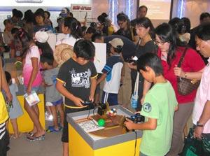 親子連れなどで大にぎわいとなったロボワールド2009=浜松市中区の浜松科学館で