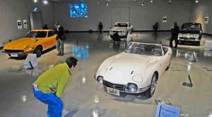 往年の国産名車を見て回る来館者=福井市の県立美術館で