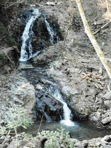 100年以上前、近くに屋敷があったことから「元屋敷の滝」と呼ばれる滝=恵那市上矢作町で