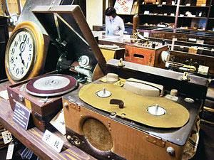 展示されたオープンリールテープレコーダーや蓄音機=砺波市太郎丸で