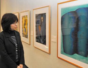 県ゆかりの版画家の作品が並ぶ会場=伊那市西町の県伊那文化会館で