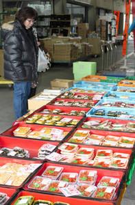 おせち料理の食材が並ぶ店頭=岐阜市茜部新所の岐阜市中央卸売市場で
