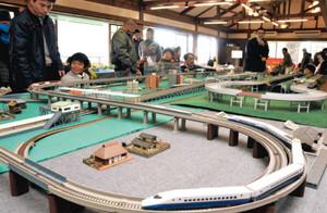 精巧なつくりの鉄道模型「Nゲージ」などを楽しむ親子連れ=安曇野市穂高の大王わさび農場で